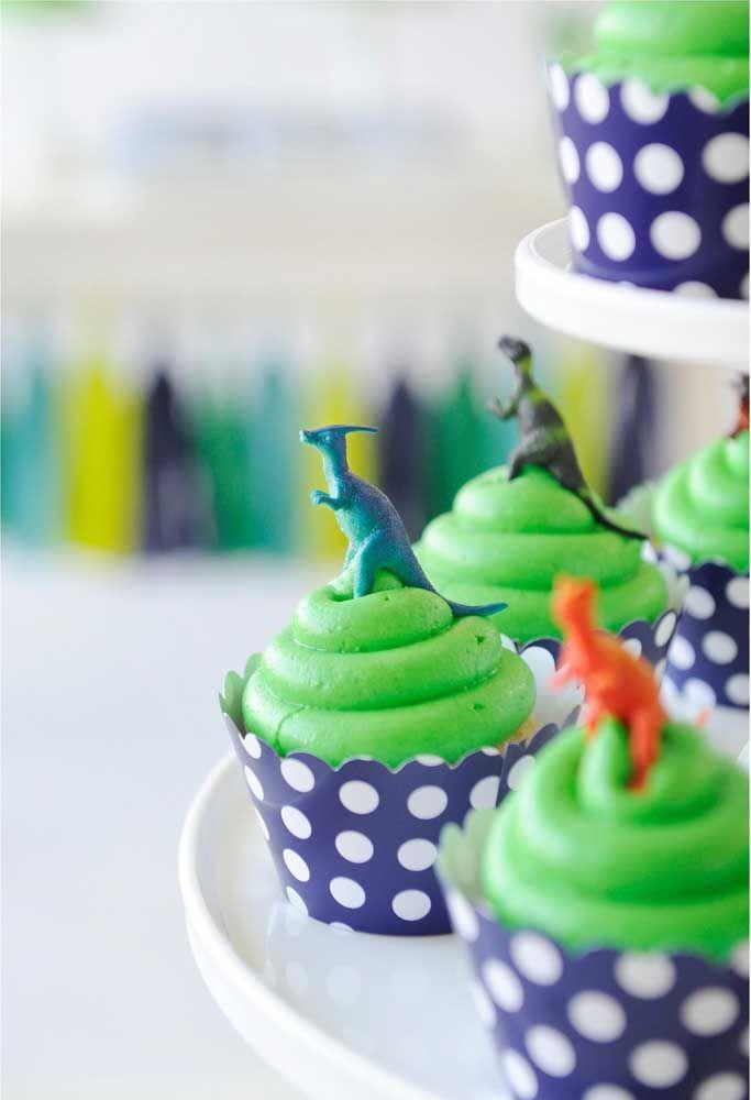 Que tal colocar alguns dinossauros como enfeites em cima do cupcake?