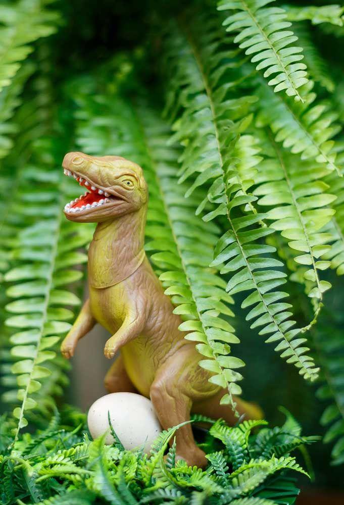 Use e abuse dos bonecos de dinossauro para fazer a decoração seguindo o tema. Espalhe por todo cenário da festa.