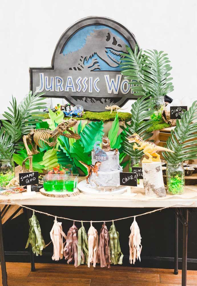 Mais um modelo de decoração com o tema Jurassic Park. Use bastante folhas artificiais para lembrar a floresta e capriche na caracterização dos dinossauros.