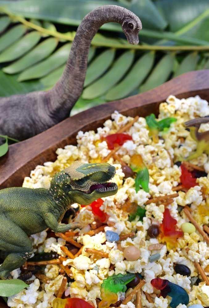 As guloseimas também devem fazer parte do cenário da festa. Prepare um balde de pipocas e espalhe alguns dinossauros dentro.