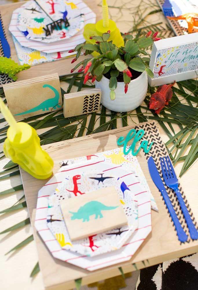 A personalização precisa está presente em todos os itens da festa. Nesse caso, os pratos e guardanapo estão seguindo a mesma linha.