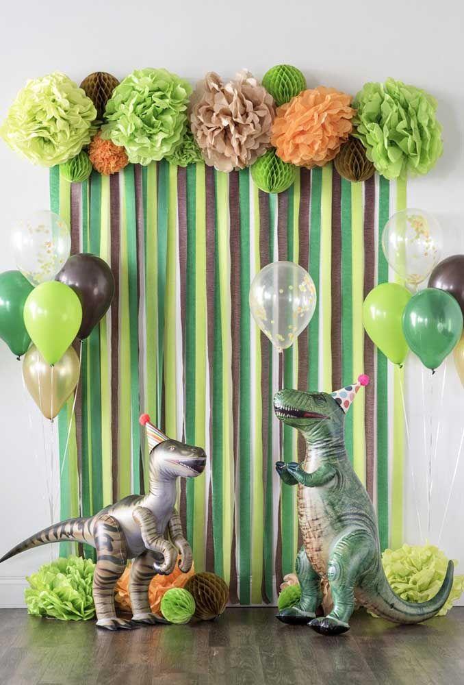 Se você quer fazer algo mais simples, pode construir um painel com fitas e comprar alguns balões no formato de dinossauro.