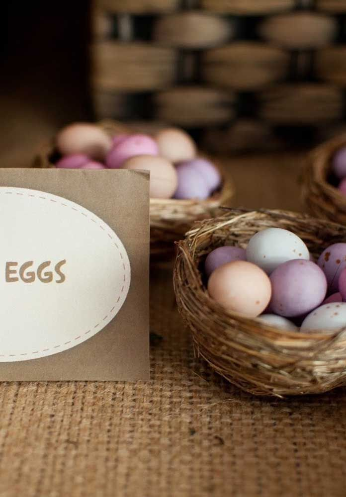 Os ovos dos dinossauros não podem faltar na festa. Para isso, pinte vários ovos e coloque dentro de cestas.