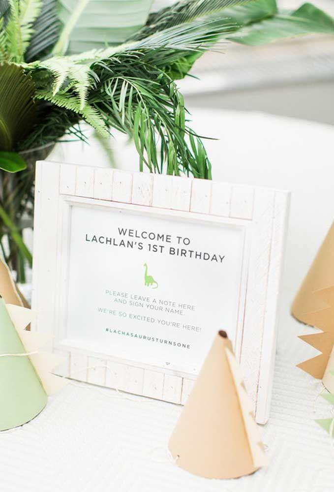 Prepare uma placa de boas vindas para os convidados. Você pode usar uma moldura de quadro.