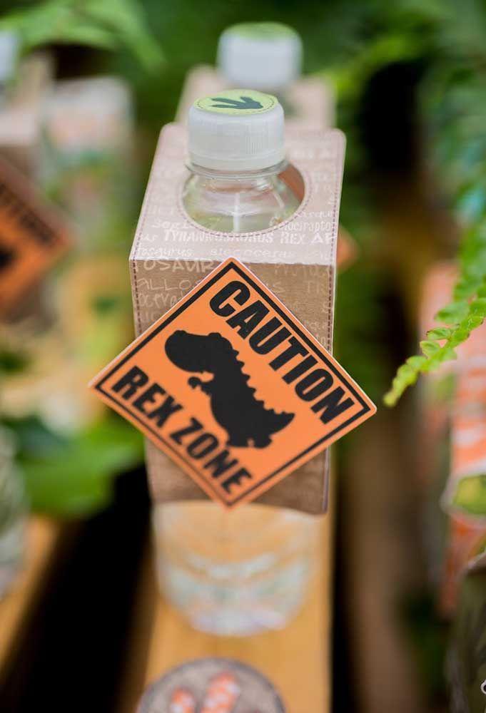 Se você vai oferecer água na festa, nada de deixar a embalagem original. Prepare algumas embalagens personalizadas para colocar nas garrafas.