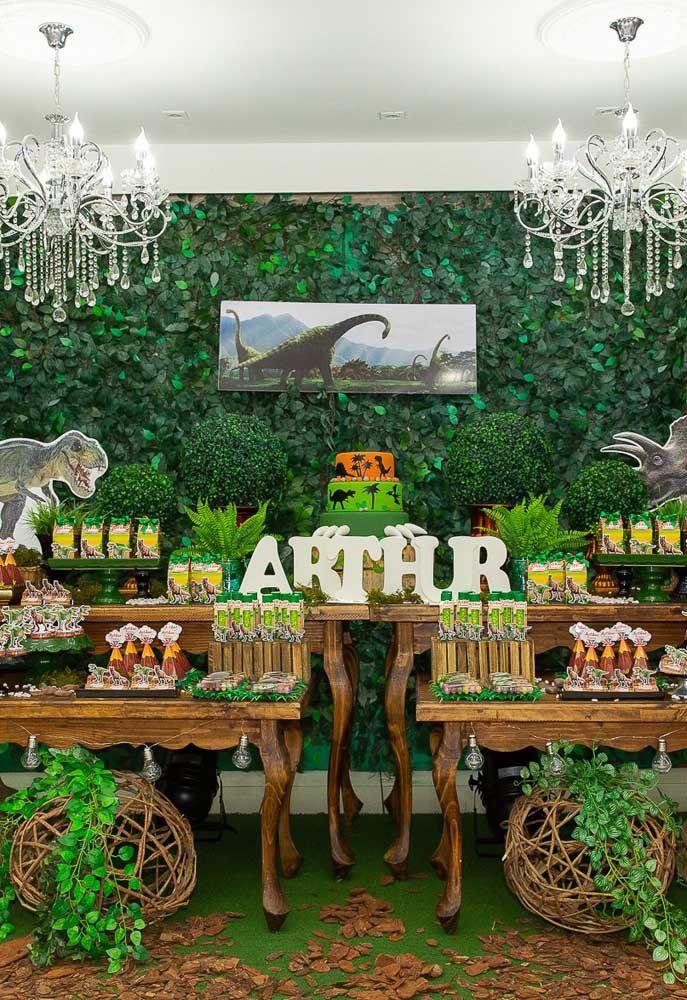 Olha que mesa linda. Para fazer a decoração foram usadas bastante folhas e arranjos artificiais para deixar o cenário como se fosse uma floresta.