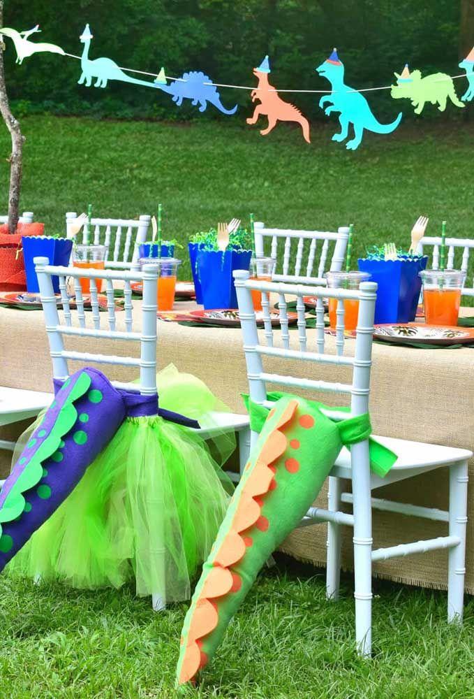 Olha que criatividade na hora de decorar as cadeiras da festa. O que acha de prender o rabo do dinossauro nas cadeiras?