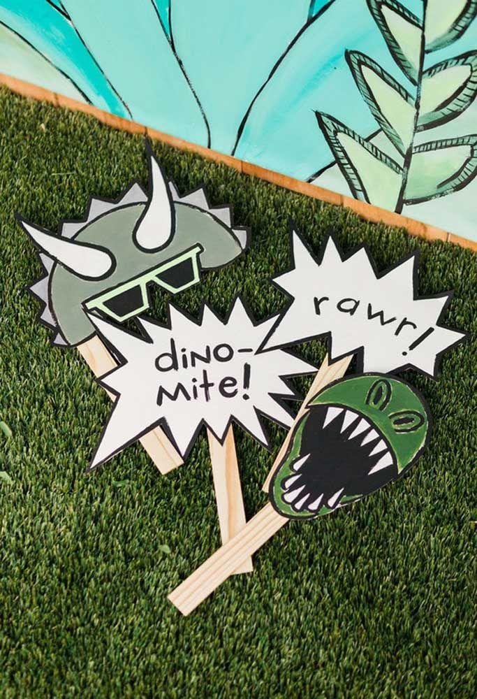 Para deixar a festa mais animada, distribua placas e máscaras de acordo com o tema dinossauros.