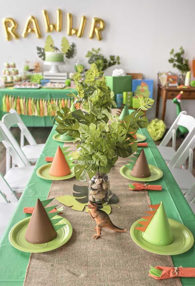 O tema dinossauros permite fazer uma decoração mais rústica com móveis de madeira, toalhas de material reciclado e muita criatividade.