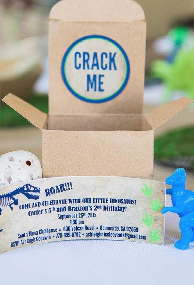 Mais um exemplo de convite criativo. Além do convite em si, coloque dentro da caixinha um boneco de dinossauro e um ovo.