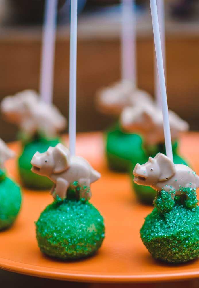 Personalize todos os doces da festa como os cake pops que receberam o dinossauro como enfeite.