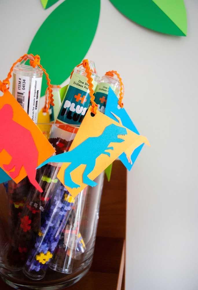 Embalagens transparentes são perfeitas para servir como lembrancinha de aniversário. Você pode guloseimas ou brinquedos dentro.
