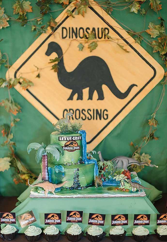 Você pode usar a cor verde para decorar todo o cenário da festa inspirado no filme Jurassic Park.