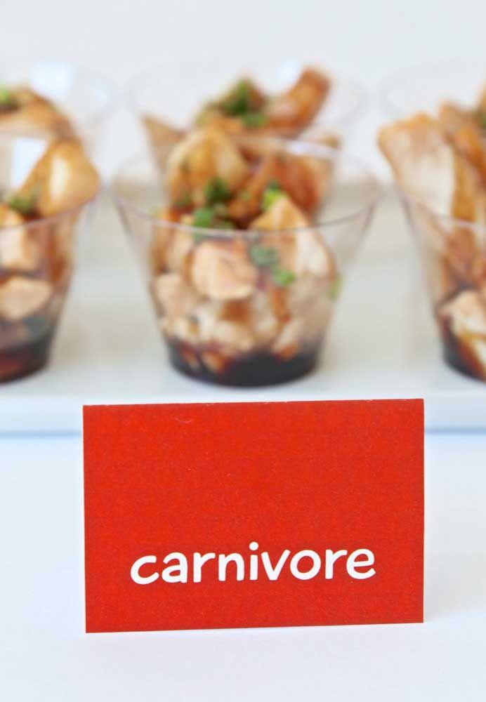 O que acha de identificar cada comida da festa de acordo com o tema? Você pode seguir o exemplo da foto e colocar algo como carnívoro.