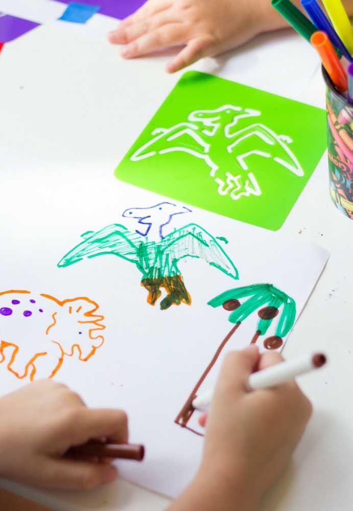 Criança gosta de colocar a sua criatividade para fora. Neste caso, reserve um cantinho para os convidados desenharem e pintarem.