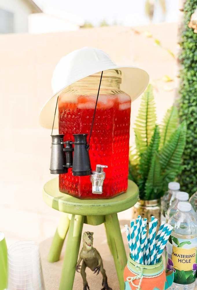 Para refrescar os convidados, sirva bebidas geladas. Mas não esqueça de fazer uma decoração de acordo com o tema.