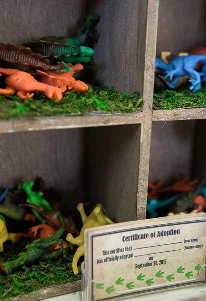 Prepare um espaço para encher de bonecos de dinossauros. Deixe cada criança pegar um deles como se fosse tivessem adotando o bichinho.
