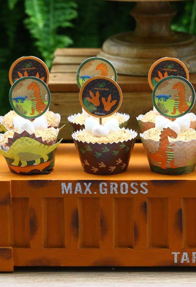 Veja como ficaram lindas as caixinhas para colocar cupcake. O mais bacana é colocar alguns enfeites em cima.