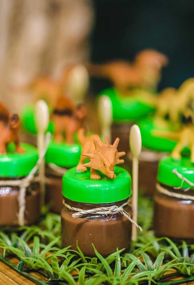 O que acha de colocar o brigadeiro dentro de potinhos? Para decorar, acrescente um dinossauro em cima do potinho.