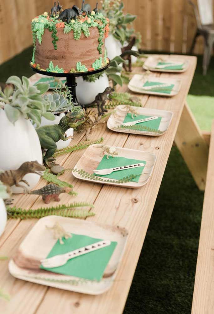 Para uma decoração mais rústica, coloque uma mesa de madeira e use pratos e talheres no tom amadeirado.