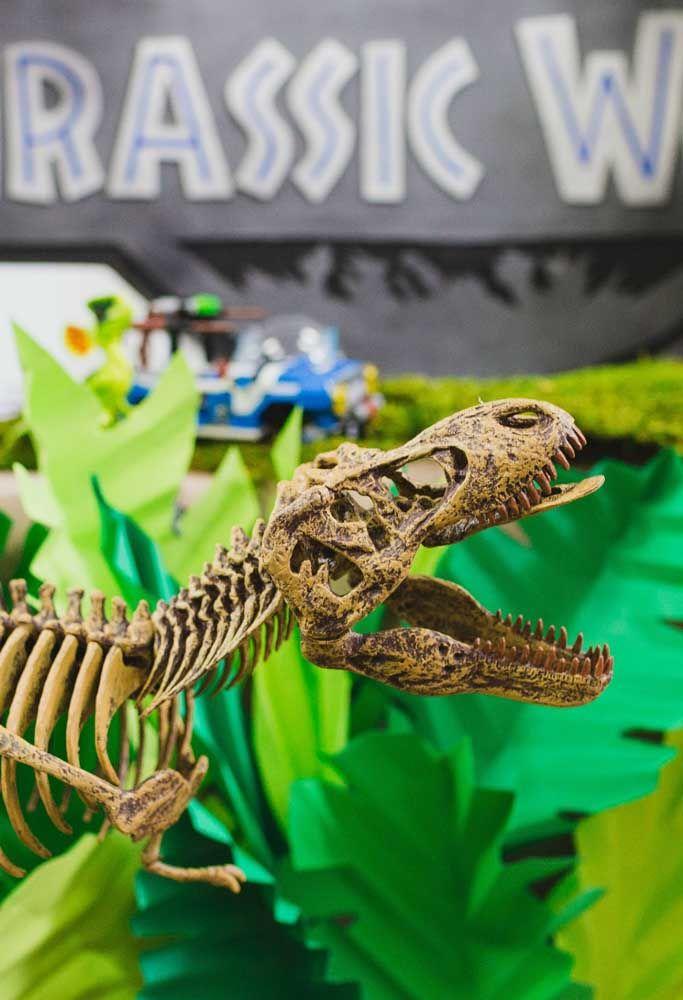 """Já pensou em usar ossos de dinossauros """"quase real"""" para decorar a festa com o tema? Pode apostar que será a sensação do aniversário."""