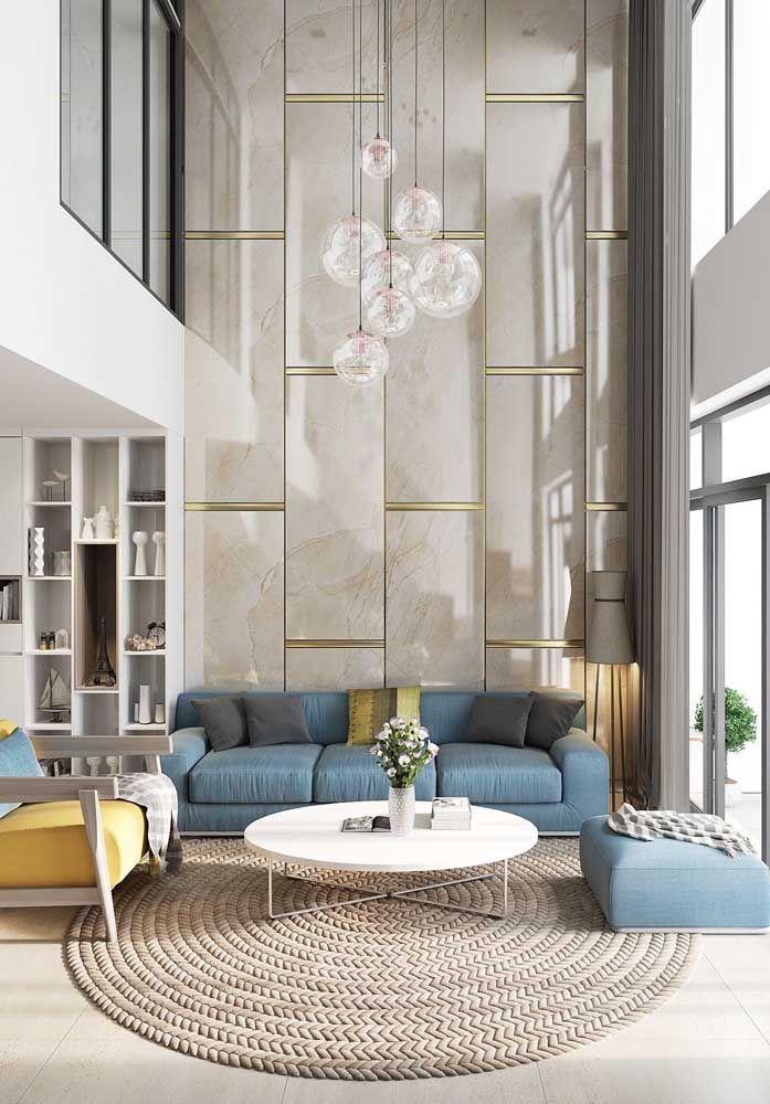 A sala de estar com pé-direito duplo ganhou lindos painéis para contracenar com a decoração escolhida