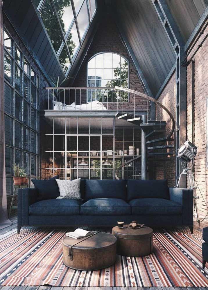 Destaque para o estilo rústico do telhado unido ao pé-direito duplo