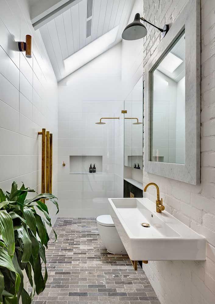 O pé-direito duplo reforça a iluminação dos banheiros