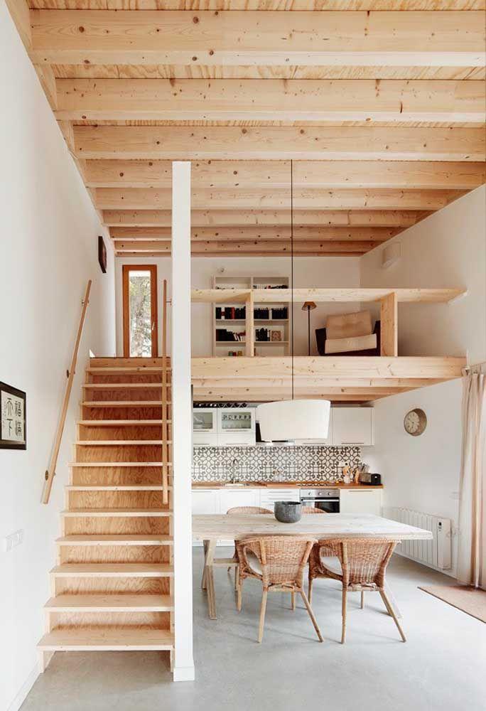 Detalhes rústicos em madeira para a pequena casa com pé-direito duplo