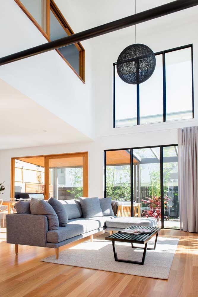 Aqui, as janelas foram instaladas na marca que divide os andares da casa com pé-direito duplo
