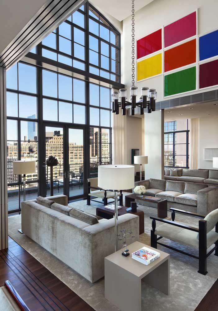As possibilidades decorativas em ambientes com pé-direito duplo são inúmeras; aqui, o destaque vai para as placas coloridas