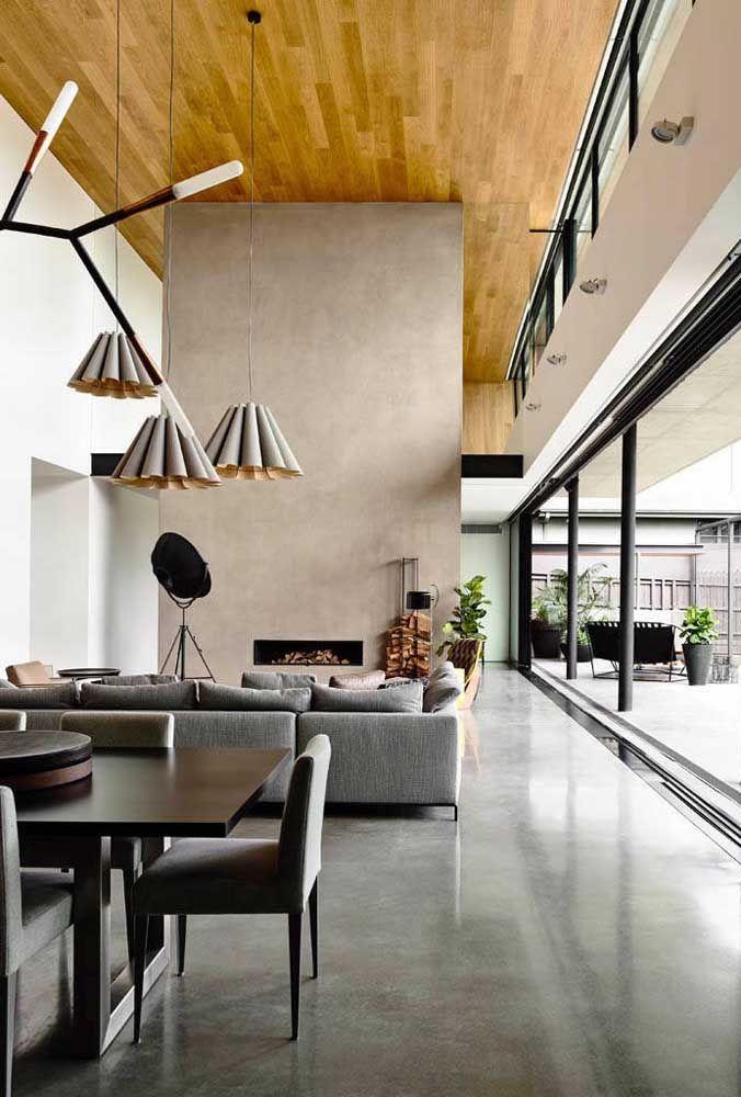 Pé direito duplo para os ambientes integrados da casa marcados pela modernidade, elegância e mix de materiais