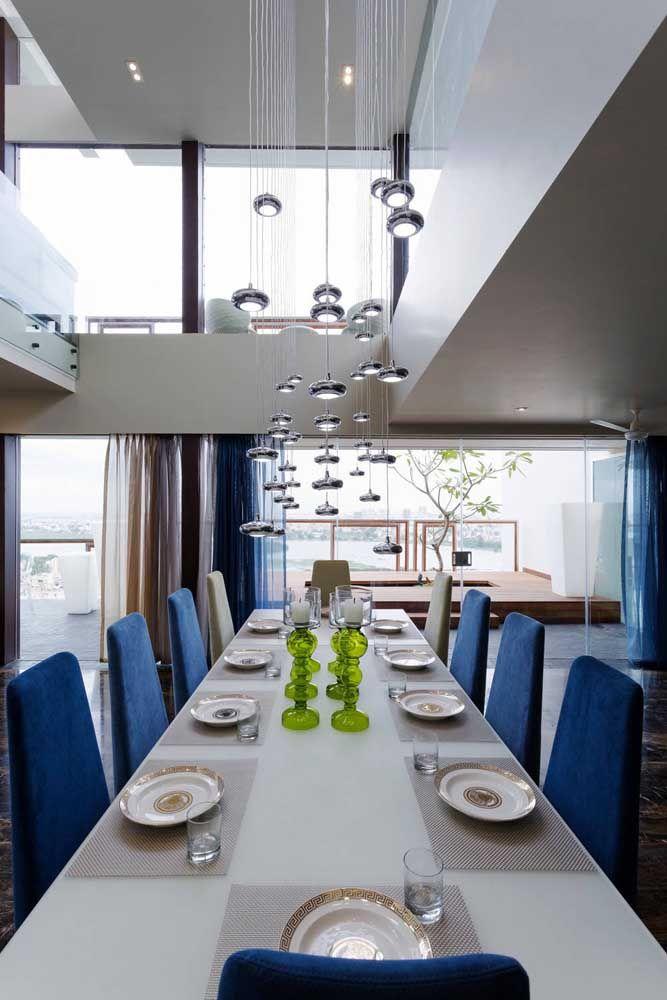 Uma inspiração maravilhosa de pendentes para a sala de jantar com pé-direito duplo