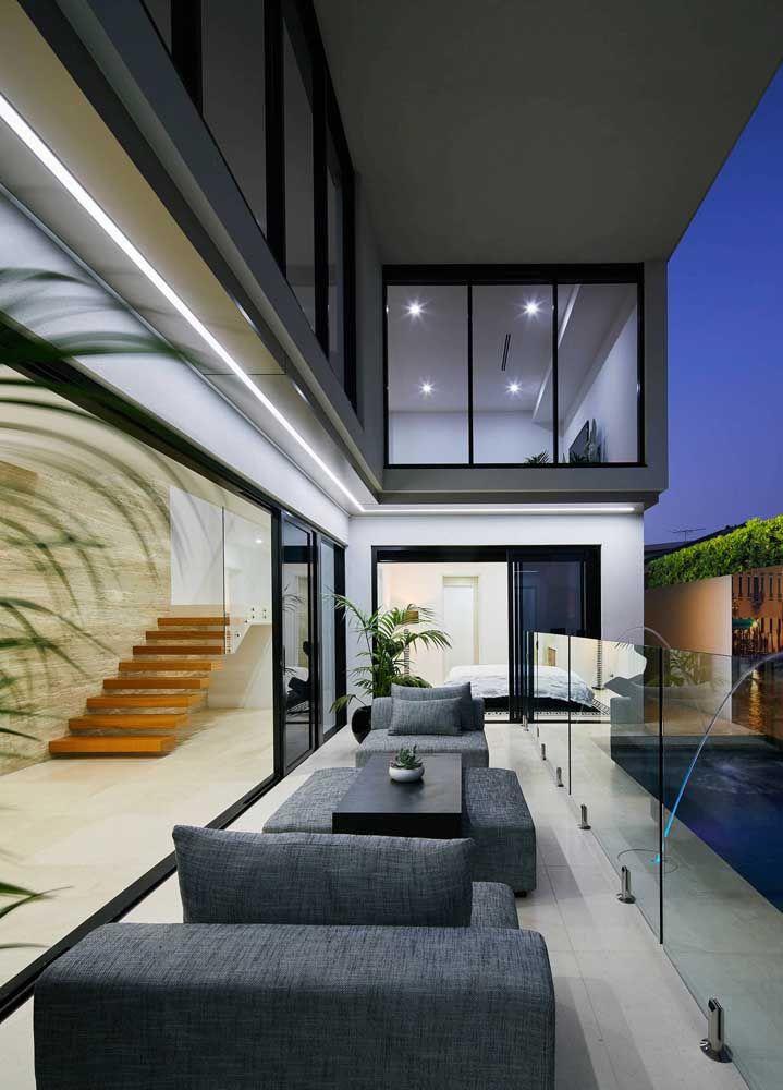 Espaços externos também podem contar com o pé-direito duplo para abrilhantar o visual da fachada da casa