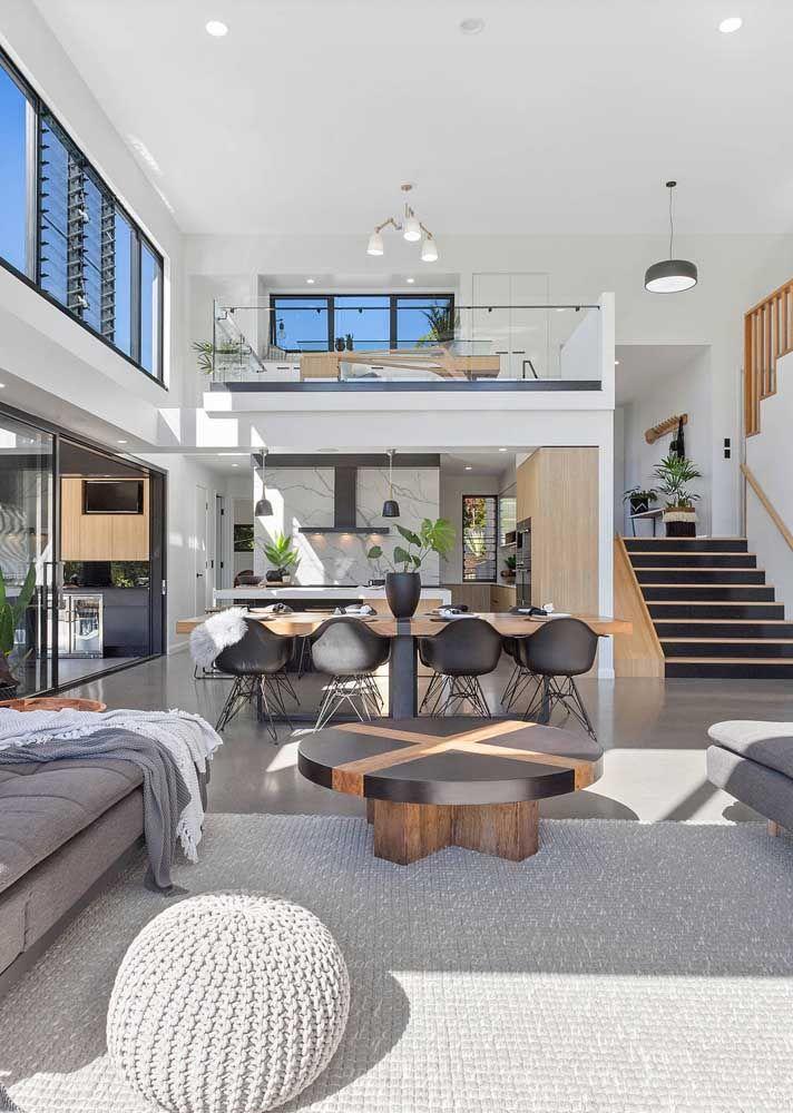 Ambientes integrados e mezanino no projeto com pé-direito duplo; um banho de luz dentro de casa