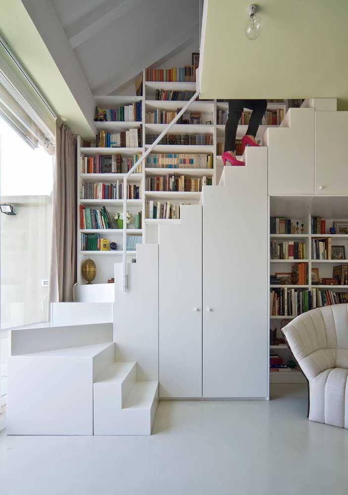 Mais um exemplo de como as estantes podem melhorar o conceito do pé-direito duplo nos ambientes
