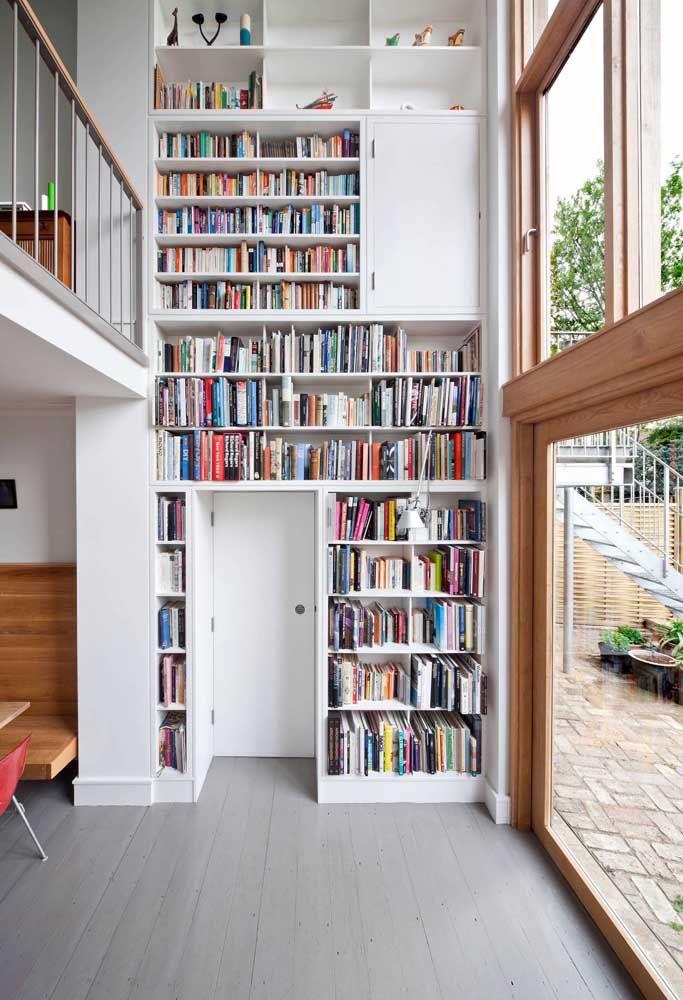 O pé-direito duplo também funciona bem para aumentar o espaço disponível para organização de objetos; aqui, ele foi usado para os livros