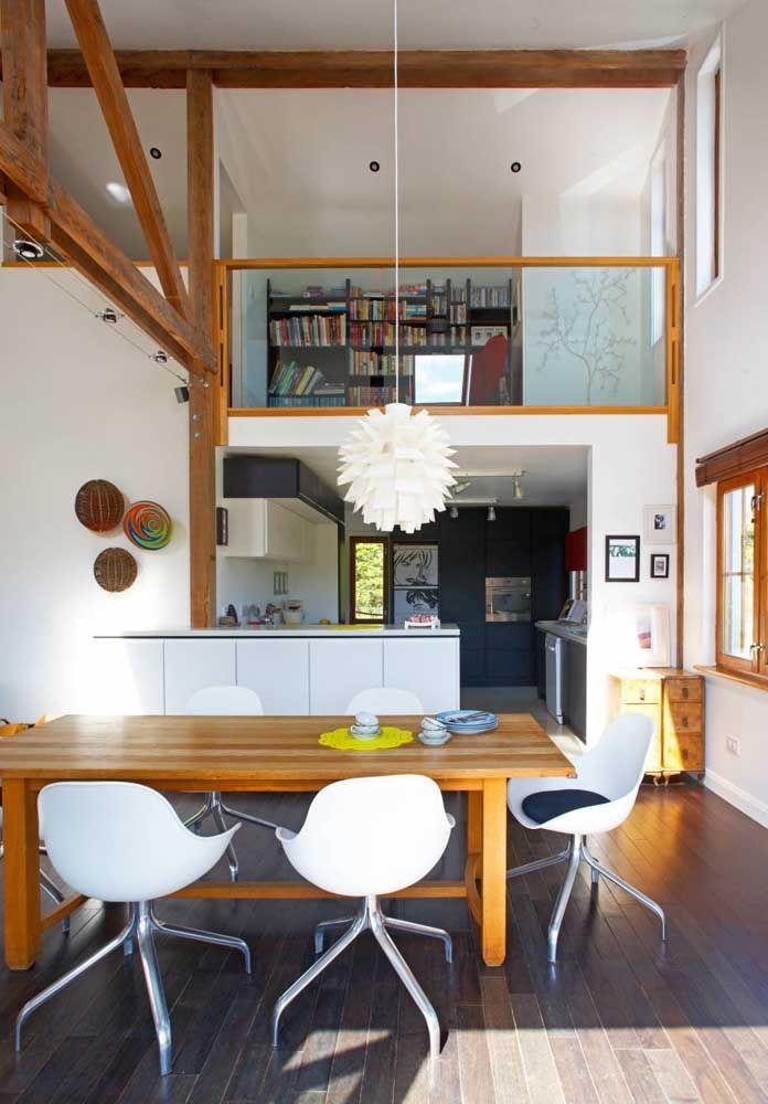 O mezanino contou com guarda corpo em vidro e moldura em madeira para combinar com o estilo da casa em pé-direito duplo