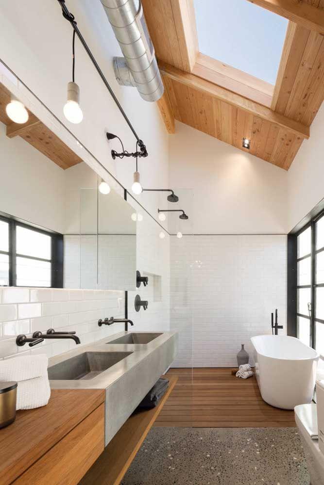 Mais uma inspiração de banheiro com pé-direito duplo, com uma clara boia discreta para garantir a iluminação do local e preservar a privacidade