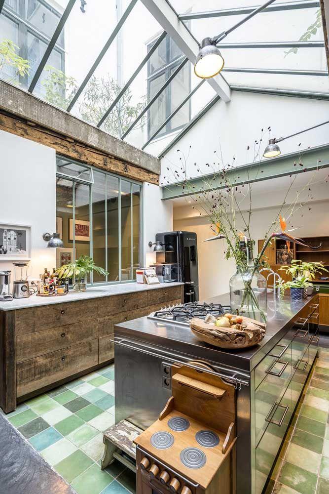 Que cozinha incrível! O teto com pé-direito duplo de vidro tornou o ambiente mais claro, charmoso e convidativo