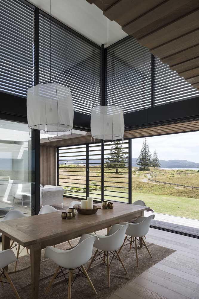 As janelas grandes são um bônus nas casas com pé direito alto, além de garantir uma vista maravilhosa