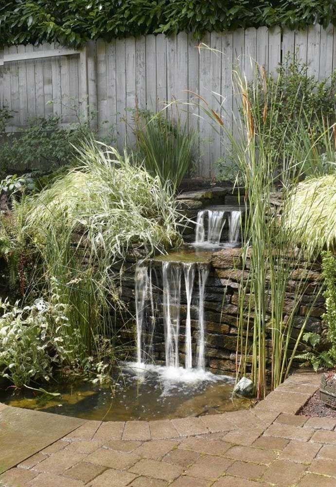 Opção de lago artificial com cascata feita em ambiente externo