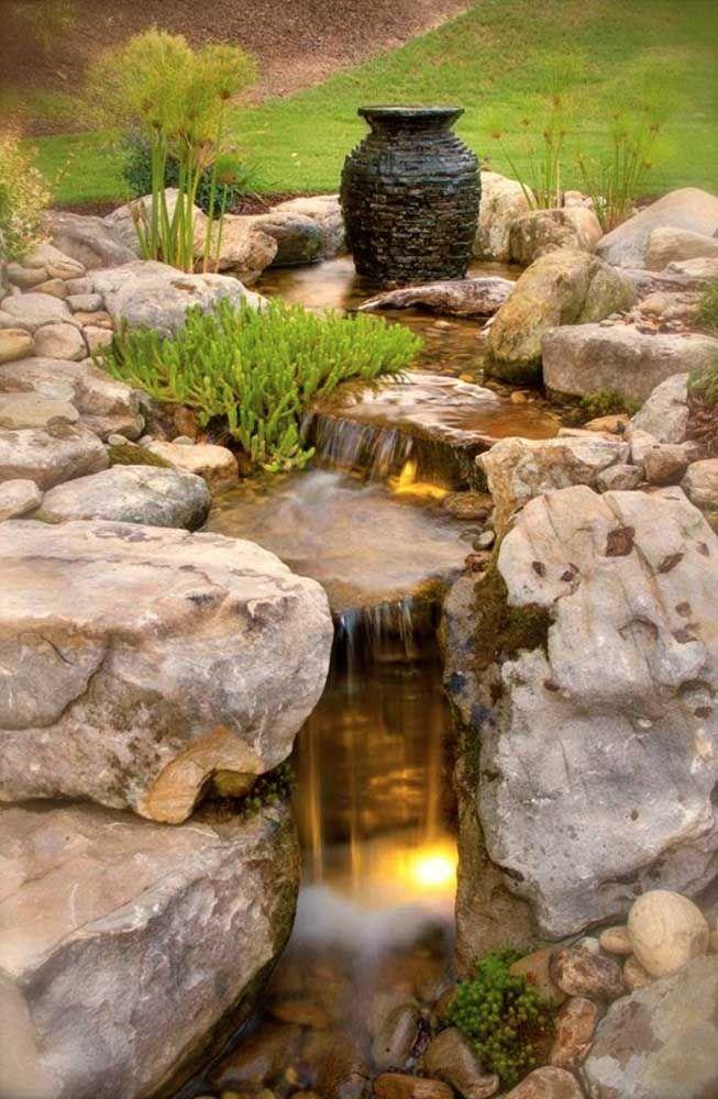 A escolha das pedras diz muito sobre o estilo final da decoração do seu lago artificial