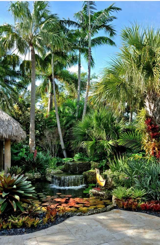 O jardim de estilo tropical deixa o lago ainda mais realista