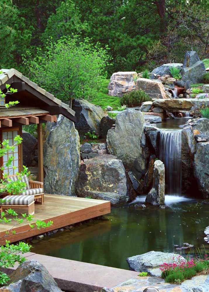 Esse lago artificial impressiona com a cascata realista