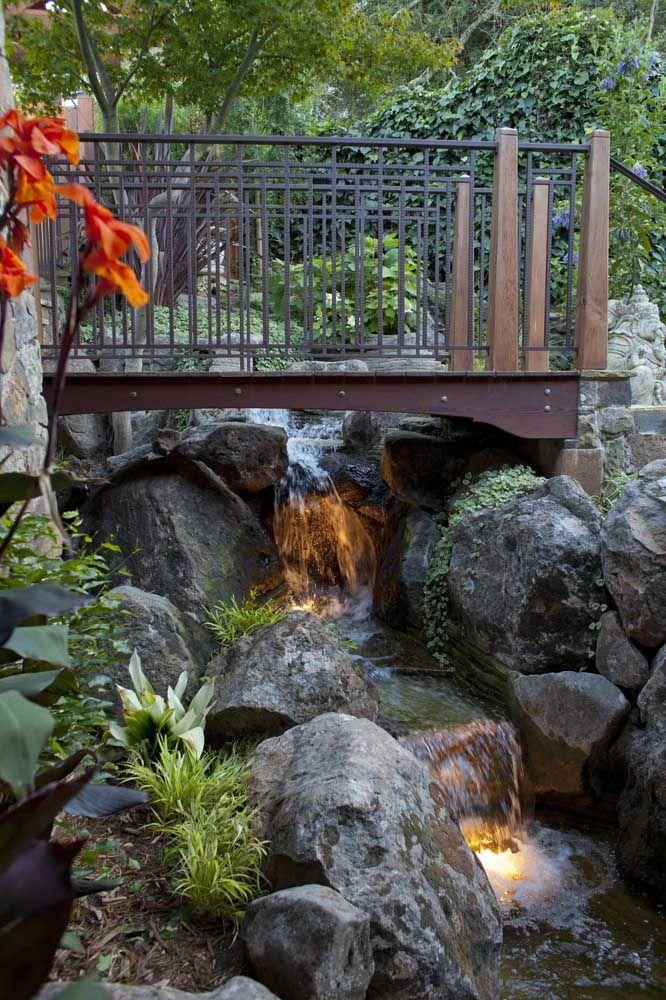 O lago artificial com ponte ganhou um ar natural em meio à vegetação do local