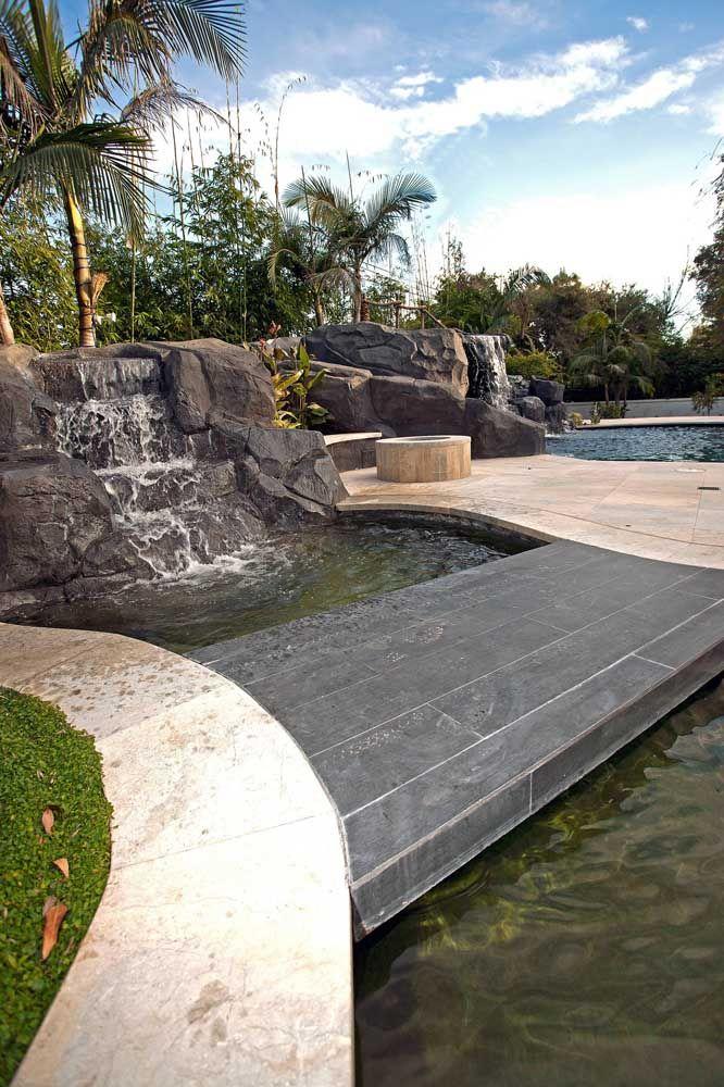 Lago e piscina compartilham o mesmo projeto visual por aqui