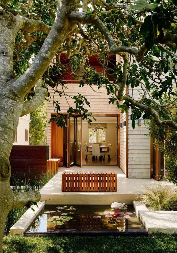A varanda da casa dá acesso ao pequeno lago artificial de alvenaria
