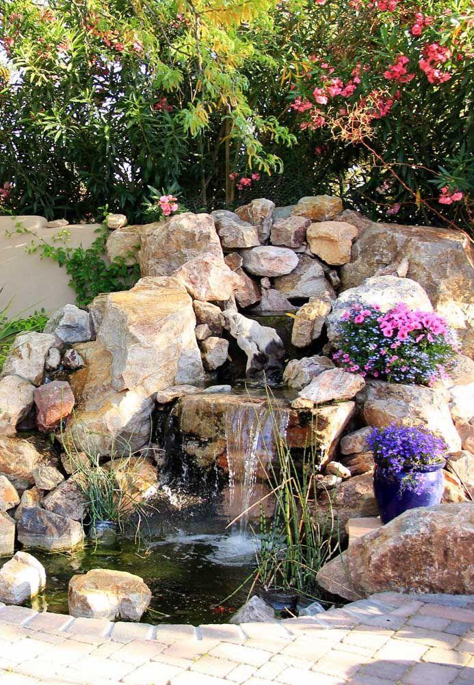 Linda cascata para o pequeno lago artificial; pequenos vasos de planta completam a proposta