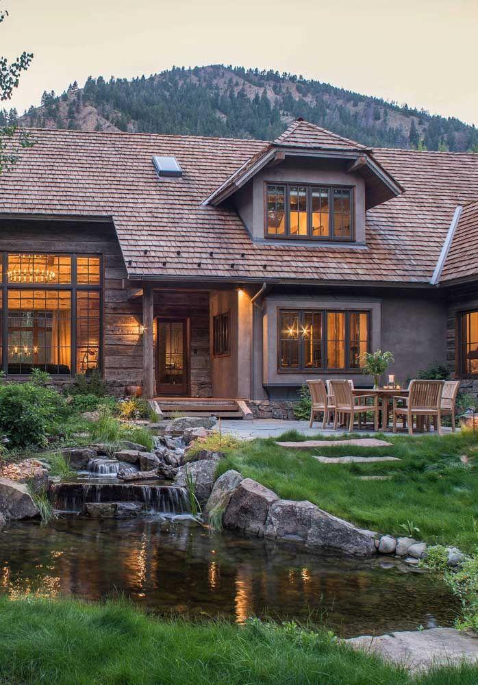 A casa no estilo rústico combinou perfeitamente com o lago artificial escolhido